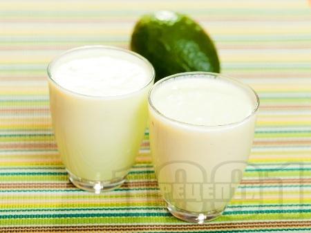 Смути с авокадо, бадемово мляко, банан, ябълка и орехи - снимка на рецептата